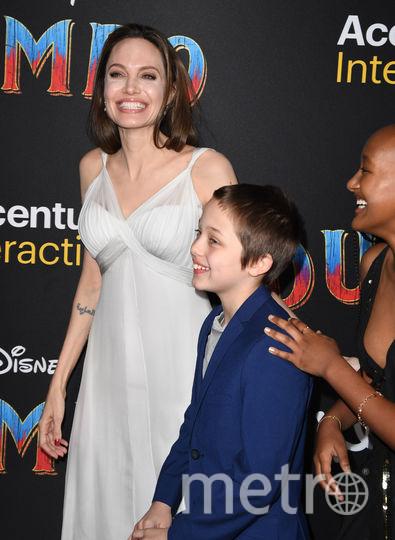 Анджелина Джоли с детьми. Фото AFP