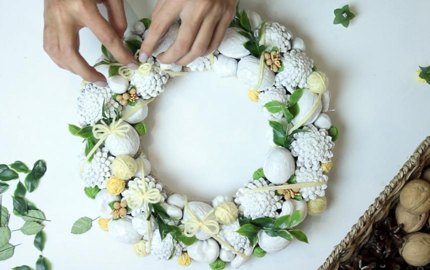 """Чтобы не ошибиться, сначала просто прикладывайте цветы и листья: если расположение вам понравится – тогда начинайте сажать их на клей. Фото instagram@forest.wreath, """"Metro"""""""
