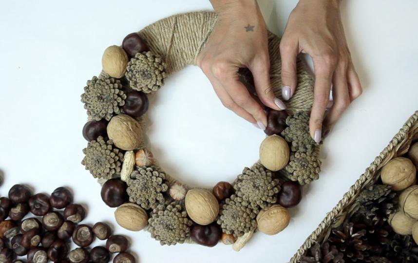"""Пригодится всё: остатки каштанов и шишек с осени и забытые на кухне орехи (в скорлупе). Фото instagram@forest.wreath, """"Metro"""""""
