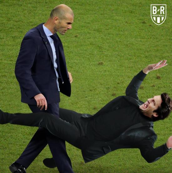 мысл самого популярного мема в том, что Зидан сместил бывшего тренера «Реала» Сантьяго Солари своим фирменным ударом головой – тем же, что прославил его в эпизоде с Матерацци в финале ЧМ-2006. Фото  Instagram br football