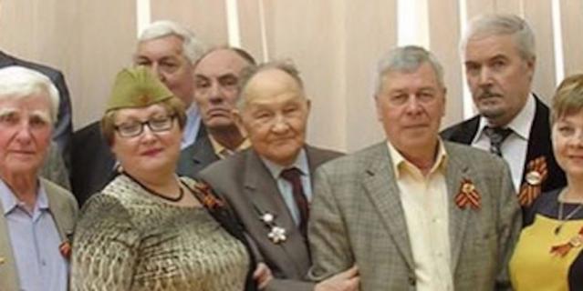 Анатолий Борисович в центре, держит за локоть коллегу.