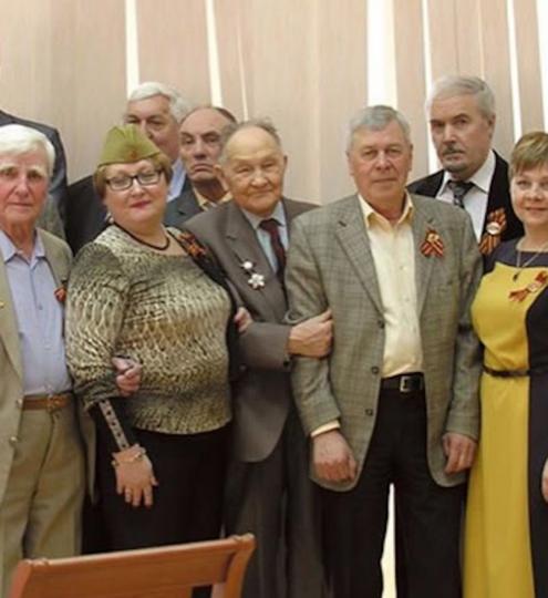 Анатолий Борисович в центре, держит за локоть коллегу. Фото Скриншот Instagram/lelya_tells