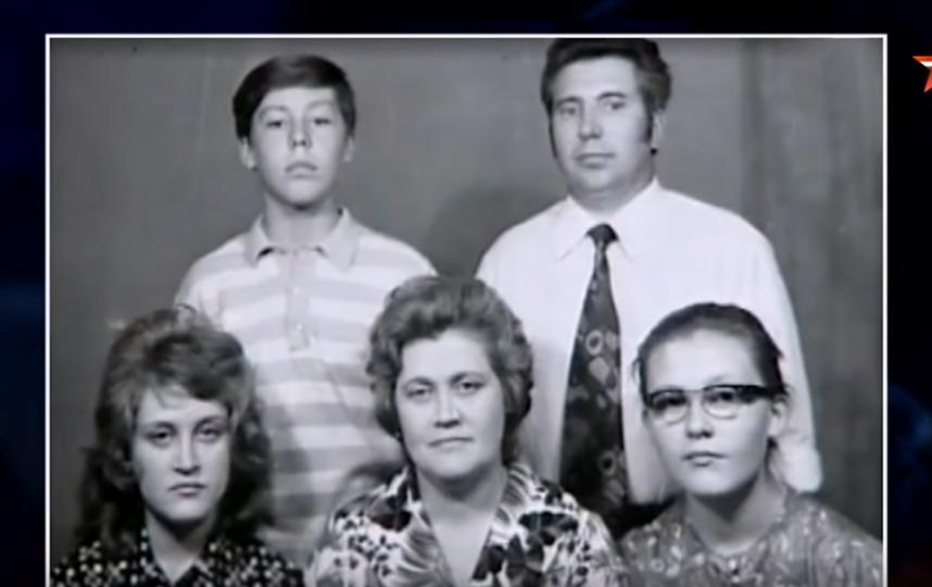 Елена Малышева в молодости, крайняя справа. Фото Скриншот Youtube