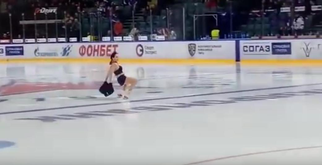 Туктамышева разделась на хоккейном матче в Петербурге. Фото Все - скриншот YouTube