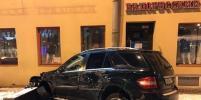 Красиво вошел: Видео, как Meredes врезался в дом в Петербурге, появилось в Сети