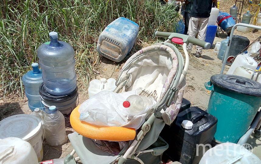 Для перевозки воды в ход пошли даже коляски. Фото Элизабет Остос