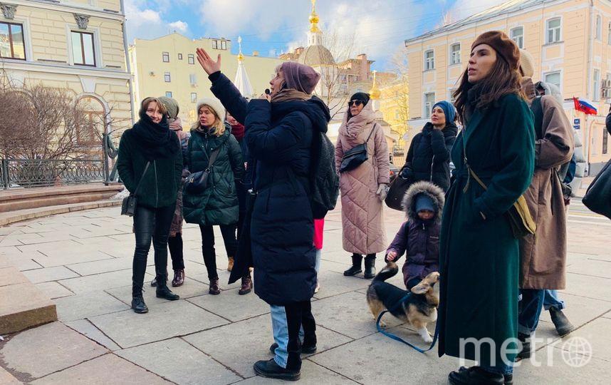 У консерватории Лиза рассказывает о Вере Мухиной – создательнице памятника Чайковскому. Фото Ксения Суетинова
