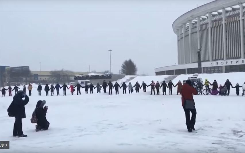 Петерюуржцы на флешмобе в защиту СКК. Фото Скриншот Youtube