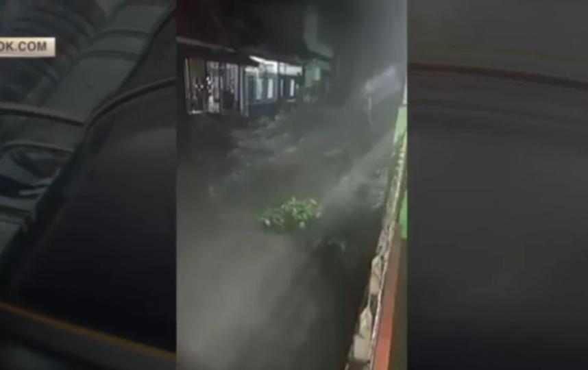 В Индонезии 63 человека погибли в результате наводнений. Фото скриншот видео facebook