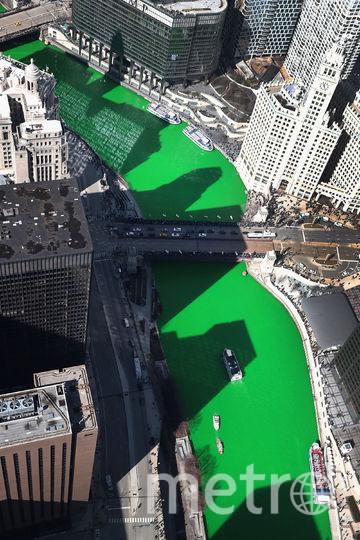 В Чикаго по традиции окрасили реку в зелёный цвет. Фото AFP