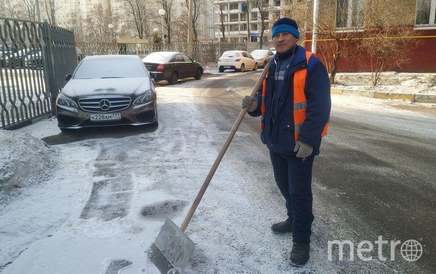 Ширали усердно чистит двор на улице Дмитрия Ульянова. Фото Ольга Кабанова