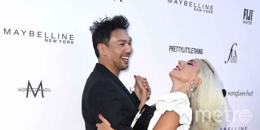 Леди Гага в платье горничной обнималась со стилистом на модной премии в Лос-Анджелесе