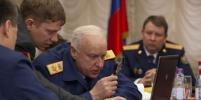 Фото Бастрыкина, увеличивающего снимок на компьютере с помощью лупы, обсуждает вся Сеть