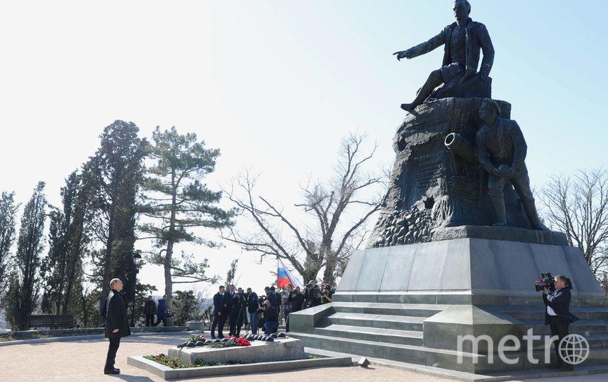 В ходе посещения мемориального комплекса «Малахов курган» Владимир Путин возложил цветы к памятнику вице-адмиралу Владимиру Корнилову. Фото AFP