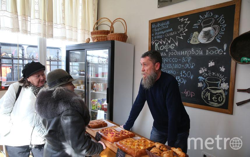 Эти покупательницы были в брюках и скидку у Михаила Юрьевича (на фото) не получили. Фото Василий Кузьмичёнок