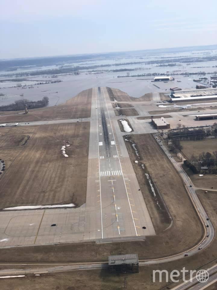 """Затопленная авиабаза в Небраске. Фото Facebook командующего 55-м авиакрылом ВВС США, """"Metro"""""""