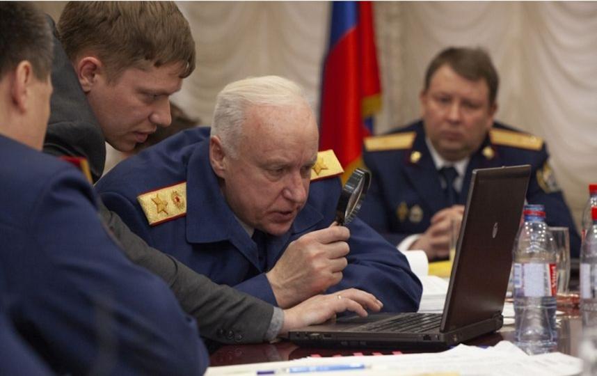 Бастрыкин с лупой смотрит в ноутбук. Фото официальный сайт СК РФ
