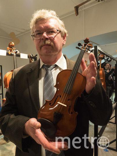 """В руках у Андрея Ковацкого скрипка, сделанная из дерева, которое мастер в 1985 году сам вырубил на Тянь-Шане.. Фото """"Metro"""""""