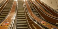 Для чего на ступенях эскалатора метро в Петербурге пишут цифры