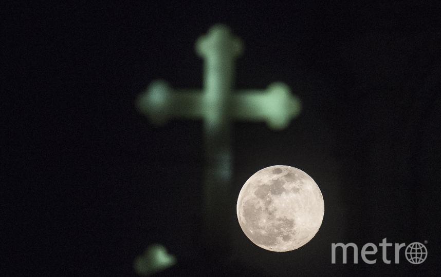Суперлуна в Скопье, Македония. Фото AFP