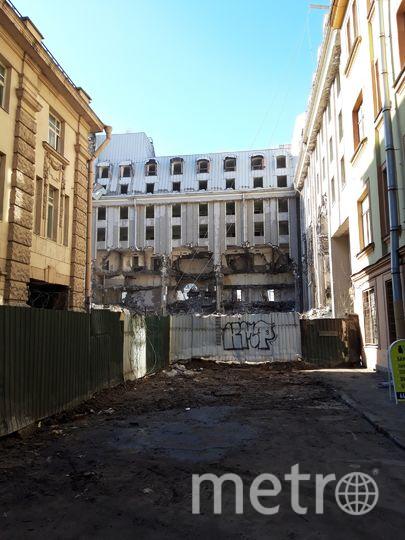 """Так сносят долгострой на Петроградской стороне. Фото Софья Сажнева, """"Metro"""""""