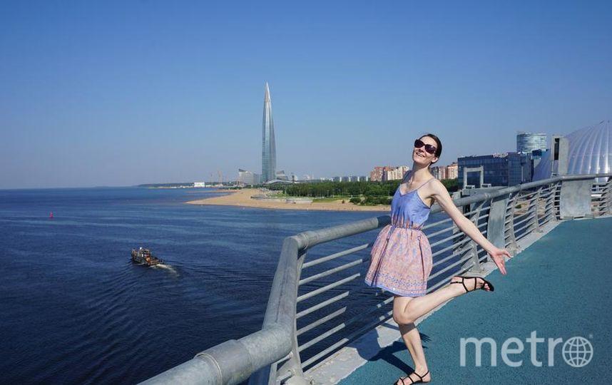 """Меня зовут Некипелова Олеся. Танцую на мосту в семь утра, напротив Лахта-центра, радуясь своему единственному летнему выходному. Фото """"Metro"""""""