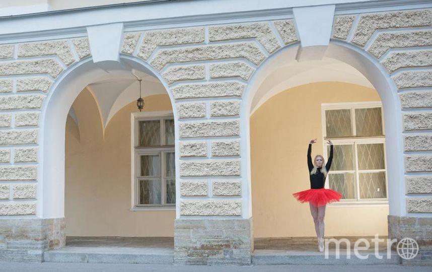 """Люблю танцевать я с детства, а вот учиться балету начала совсем недавно. Очень обрадовалась, узнав о проводимом вами конкурсе, потому что у меня и фотографии подходящие есть! Фотографии сделаны в белую ночь в самом сердце Петербурга на Васильевском острове. Фото """"Metro"""""""