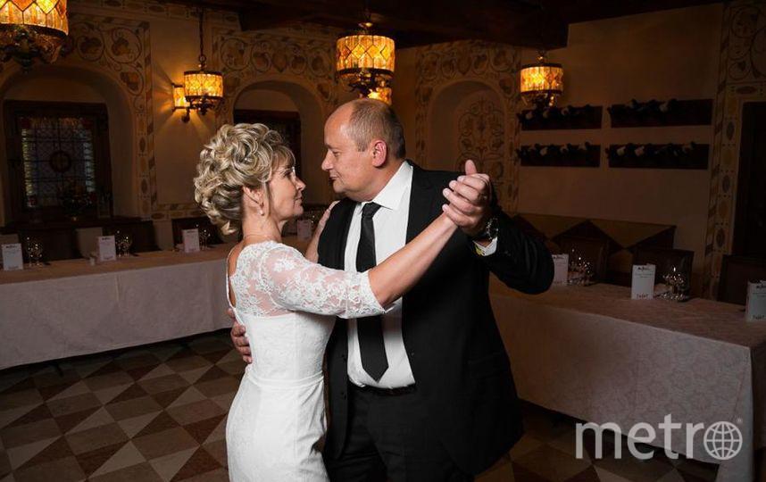 """Мы с моим мужем Сергеем расписались три с небольшим года назад. Торжество проходило в Трапезных Палатах Ресторанно-гостиничный комплекса """"Двор Подзноева"""" в городе Пскове. И хоть мы и проживаем в Санкт-Петербурге, Псков-город нашего знакомства. Несмотря на не совсем наш юный возраст, к торжественному событию мы взяли несколько уроков танцев, и показали гостям танец любви - танго. Вот как это было. Фото Светлана Пашкова, """"Metro"""""""