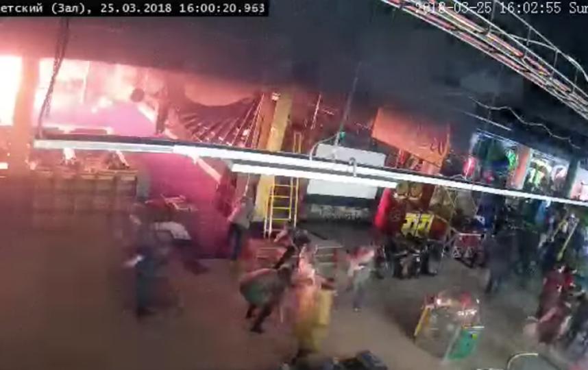 """Фрагмент записи с камеры видеонаблюдения в батутном комплексе """"Графити"""" на 4-м этаже. Это самые первые секунды пожара. Фото скриншот , Скриншот Youtube"""
