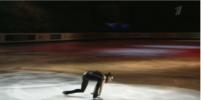 Алина Загитова в образе Лары Крофт упала во время выступления
