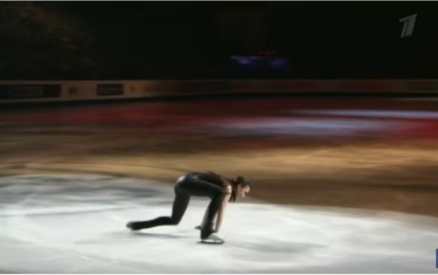 """Алина не удержалась на льду во время первого прыжка, но тут же встала на ноги. Фото скриншоты youtube, """"Metro"""""""