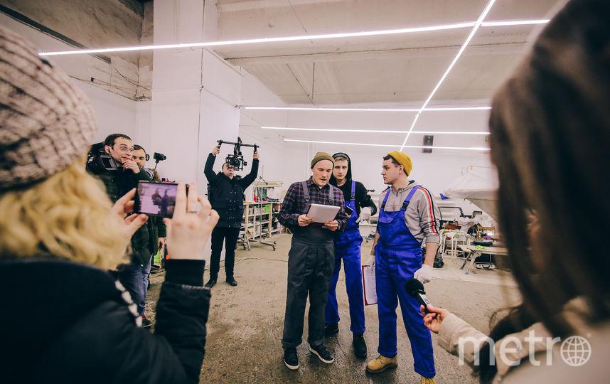 Вован (в зелёной шапке) с коллегами по автосервису проводит экзамен по пермско-гопническому языку  для журналистов. Фото Пресс-служба ТНТ