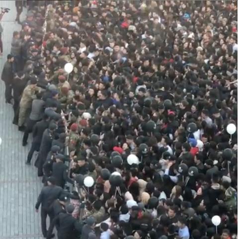 Толпа пытается прорваться к бесплатным бургерам. Фото Скриншот видео www.instagram.com/eliasabyrova