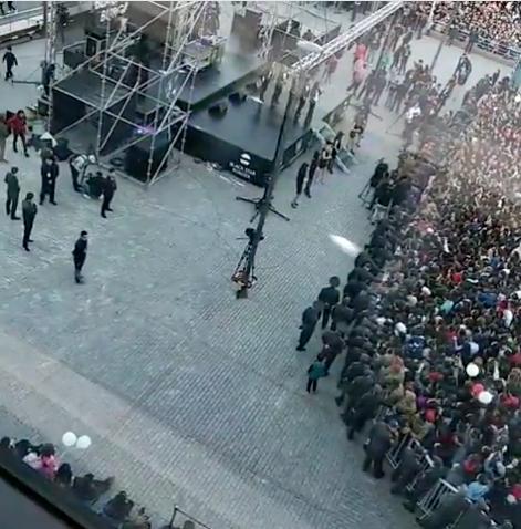 Толпа пытается прорваться к бесплатным бургерам. Фото Скриншот видео www.instagram.com/snbvbk