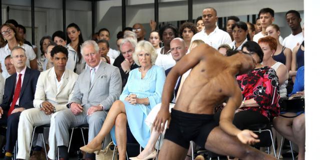 Принц Чарльз и Камилла на Кубе посмотрели на выступления танцоров.
