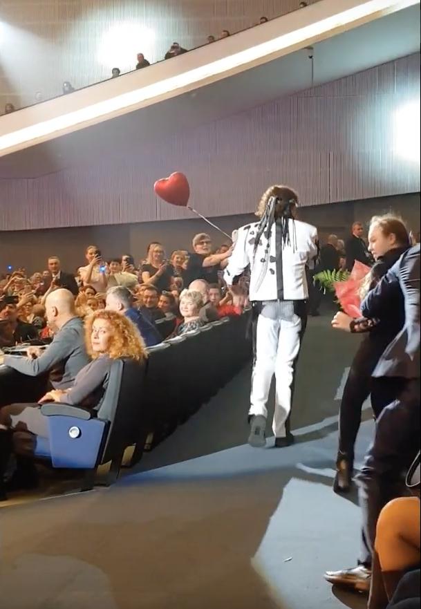 Тот самый момент: охранник Леонтьева бросается на девушку с цветами. Фото Скриншот/Первый Унечский Канал, Скриншот Youtube