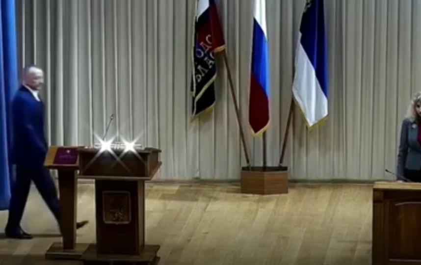 Новый мэр Белгорода принимает присягу. Фото Скриншот/Meduza, Скриншот Youtube