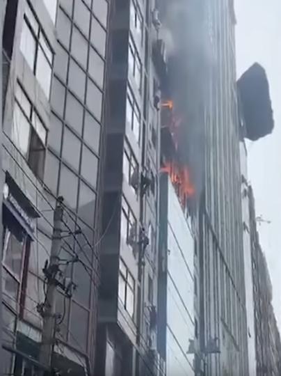 В одном из небоскрёбов столицы Бангладеш Дакке произошёл сильный пожар. Фото Скриншот https://www.youtube.com/watch?v=8HJNGCMNU44, Скриншот Youtube