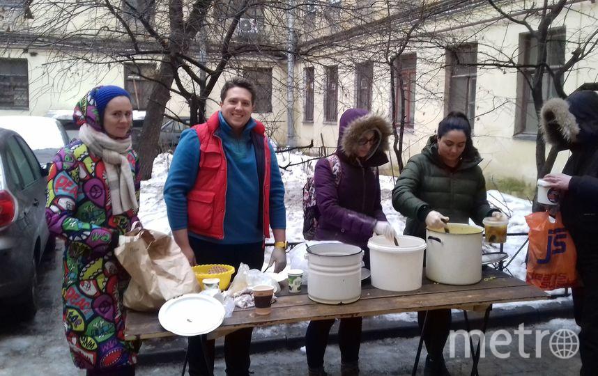 """Активисты бесплатно раздают еду, приготовленную из спасённых продуктов. Фото  vk.com/edabezgranic_foodsharing, """"Metro"""""""