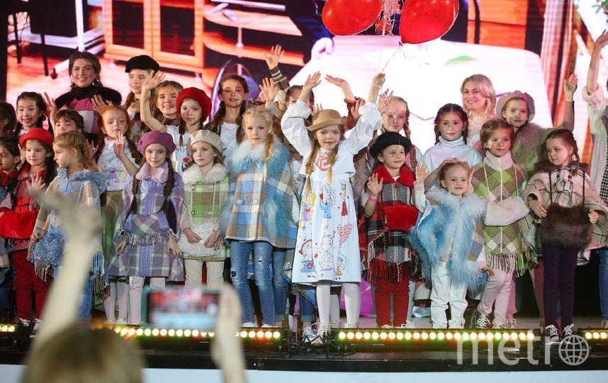 Зоя (в центре в белом платье) произвела фурор на показе детской одежды, которую разработала сама. Фото Василий Кузьмичёнок