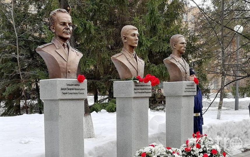 К бюстам воинов возложили цветы. Фото Юлия Романенко, vk.com