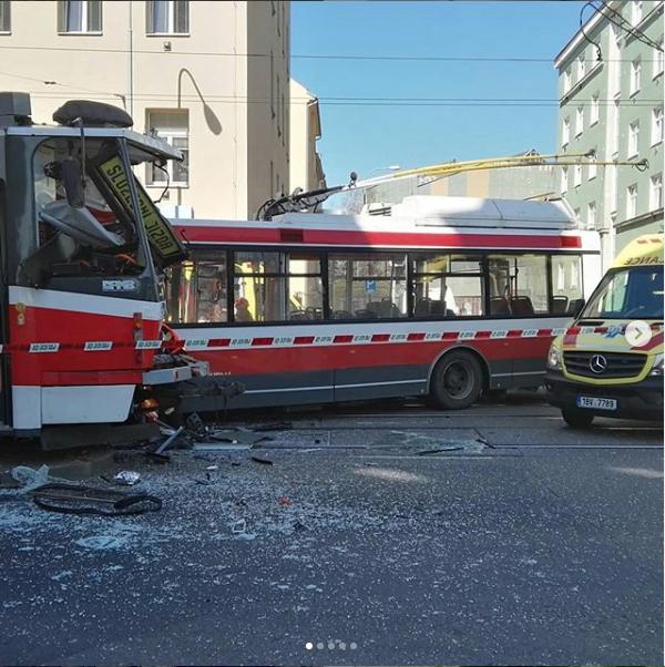 """Фото с места аварии появились в Сети. Фото https://www.instagram.com/p/BvtrbIyFlFA/, """"Metro"""""""