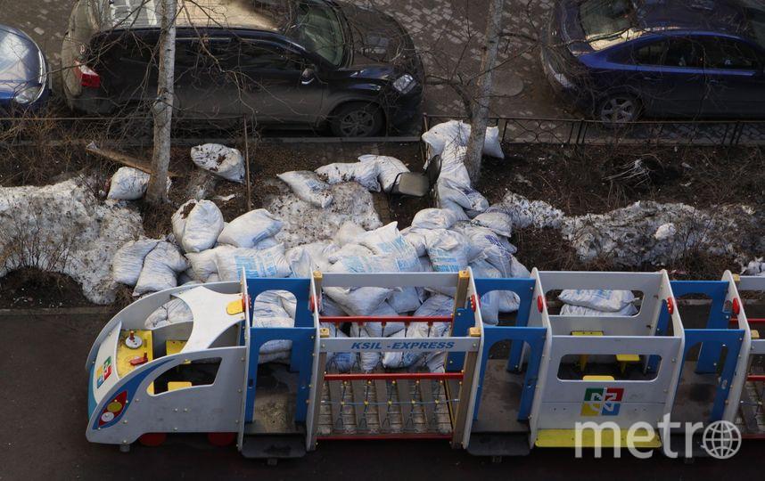 Детскую площадку в Петербурге забросали мешками с керамзитом: Фото. Фото mytndvor, vk.com