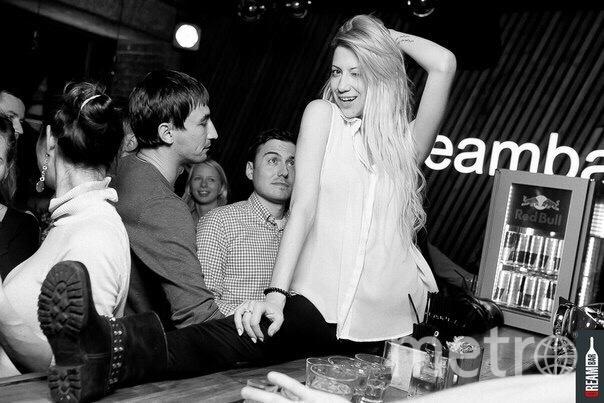 Юлия на шпагате в баре – к этой фотографии тоже придрались в школе. Фото предоставила Юлия Рывкина