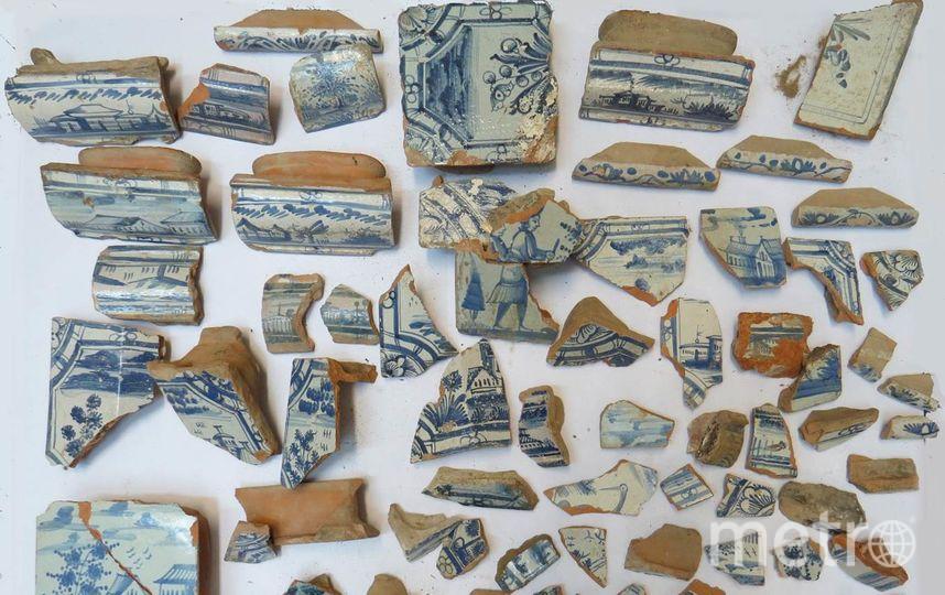 """Фрагменты печных изразцов, найденные в Наугольных палатах на Васильевском острове, представляют особую ценность, уверены специалисты. Фото  kgiop.gov.spb.ru, """"Metro"""""""