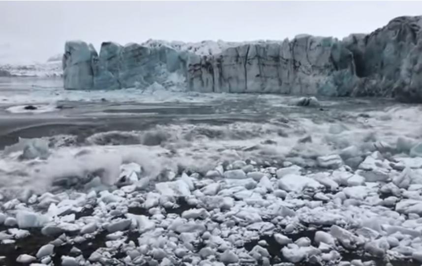 Рухнувший ледник вызвал цунами. Фото скрин-шот, Скриншот Youtube