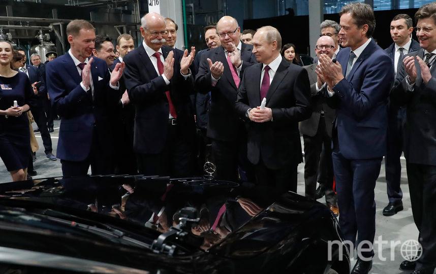 Владимир Путин оставил автограф на капоте автомобиля. Фото AFP