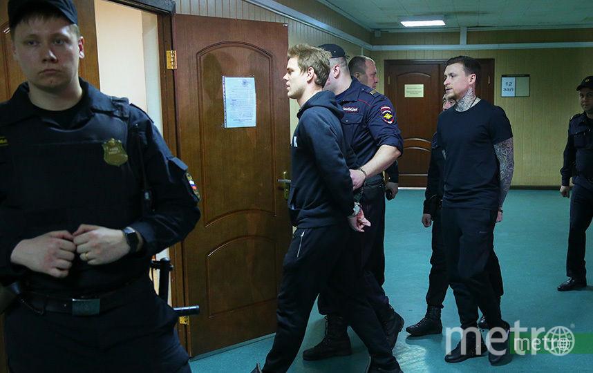 Александра Кокорина заводят взал для слушаний. Фото Василий Кузьмичёнок
