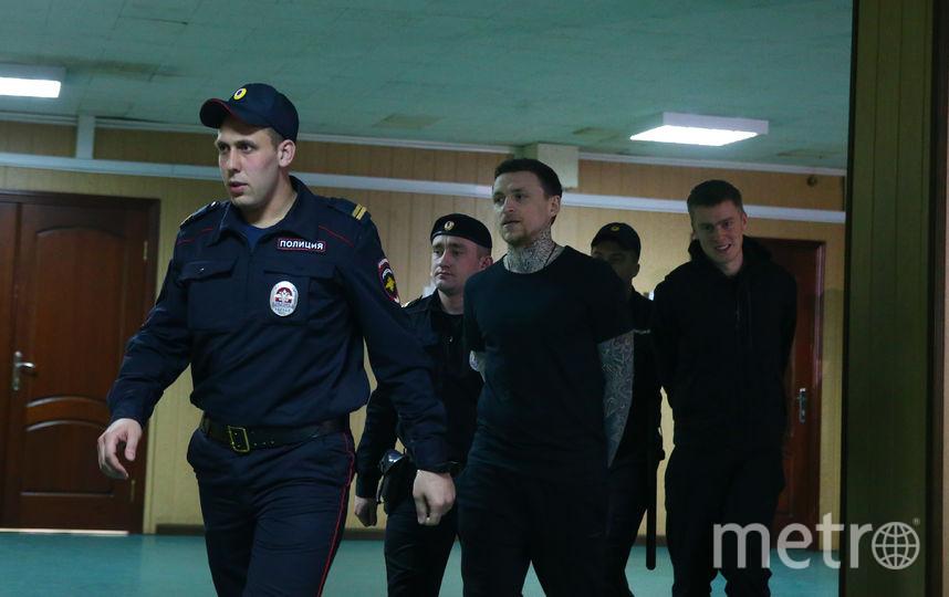Мамаева заводят в зал для заседаний в Пресненском суде. Фото Василий Кузьмичёнок