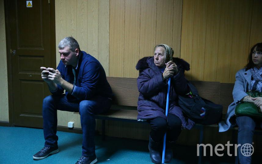В просторном холле второго этажа в ожидании окончания заседания столпилось около сотни представителей прессы. С ними ярко контрастировала бабуля в косынке и с палочкой, скромно примостившаяся на скамейке. Фото Василий Кузьмичёнок